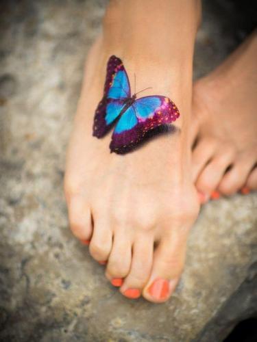 ideas para tatuajes de mariposas en 3D en el pie