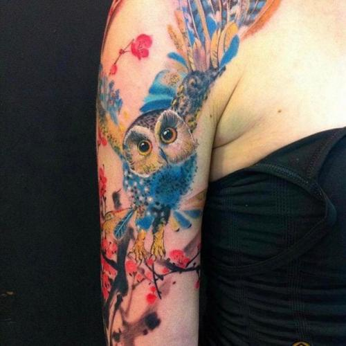 lechuza con estilo acuarela en el brazo