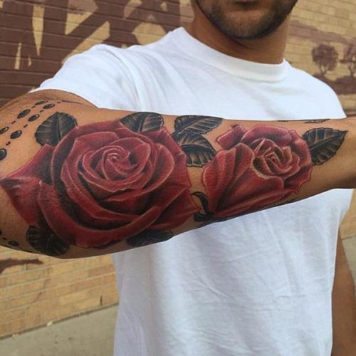 rosas en el antebrazo hombres