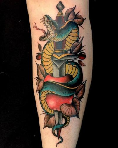serpiente boca abierta y espada a color tatuaje