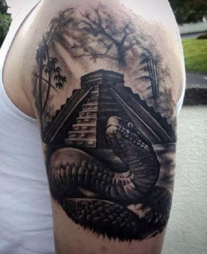 tattoo de vibora en el hombro