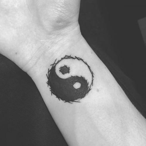 tattoo simbolo chino en la muñeca