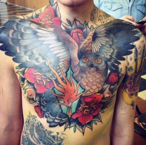 tatuaje a color de un buho para hombre