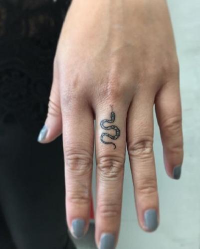 tatuaje chiquito de serpiente en el dedo