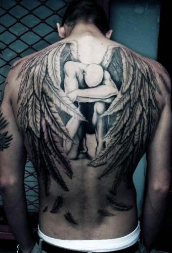 tatuaje de angel en la espalda hombre