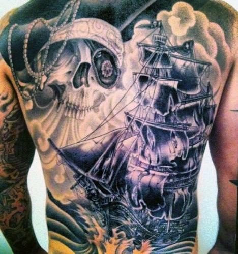 tatuaje de barco pirata en la espalda