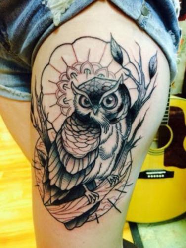 tatuaje de buho en 3D en la pierna mujer