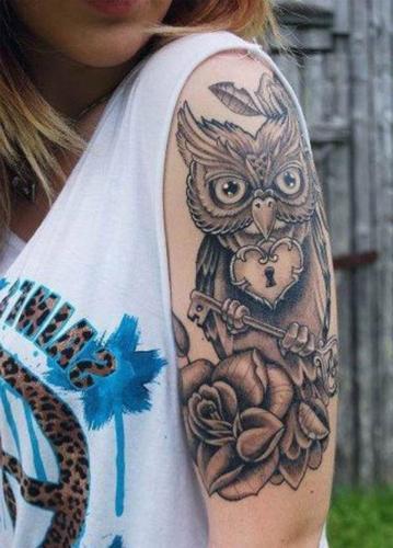 tatuaje de buho en el brazo para mujer