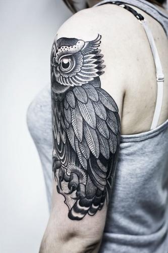tatuaje de buho en el hombro mujer
