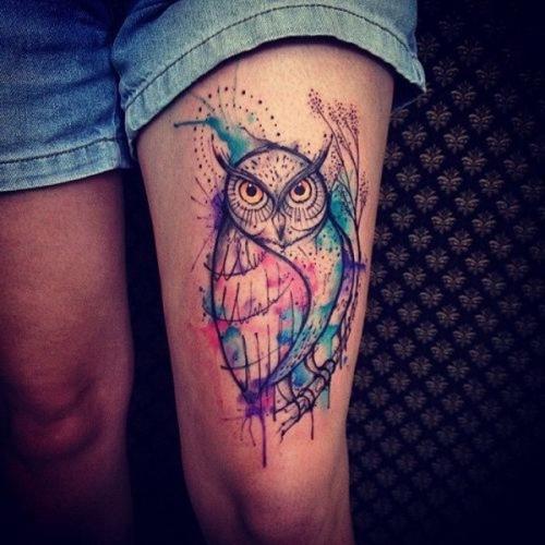 tatuaje de buho en la pierna para mujer