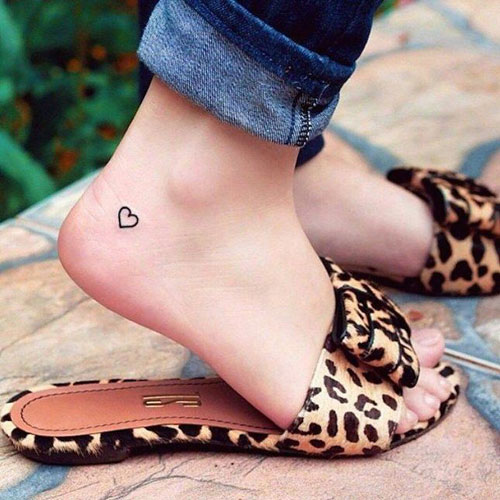 tatuaje de corazon en el pie