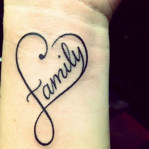 tatuaje de corazon en la muñeca familia