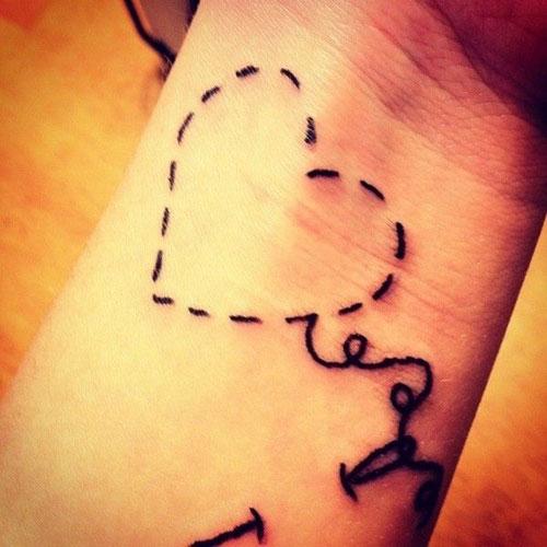 tatuaje de corazon en la muñeca
