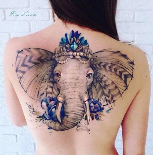 tatuaje de elefante en la espalda mujer