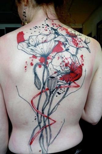 tatuaje de flor en la espalda mujer
