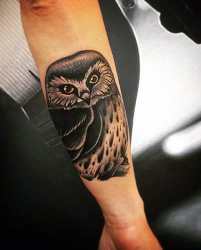 tatuaje de lechuza en el antebrazo