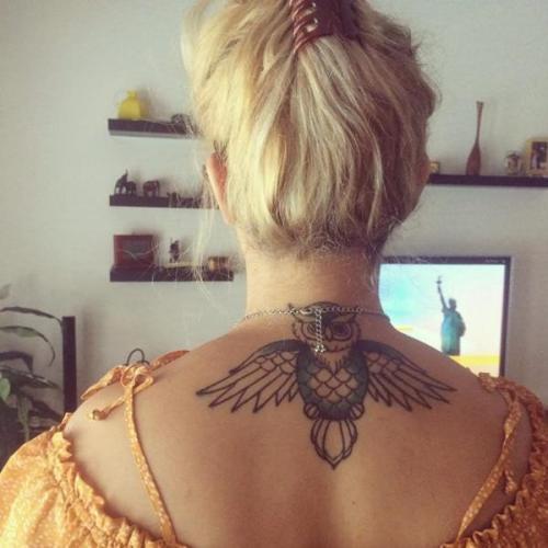 tatuaje de lechuza en la espalda mujer