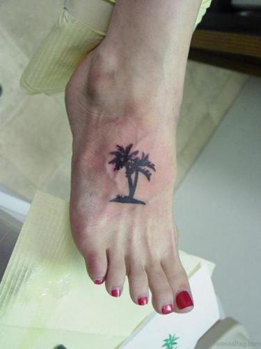 tatuaje de palmera en el pie mujer