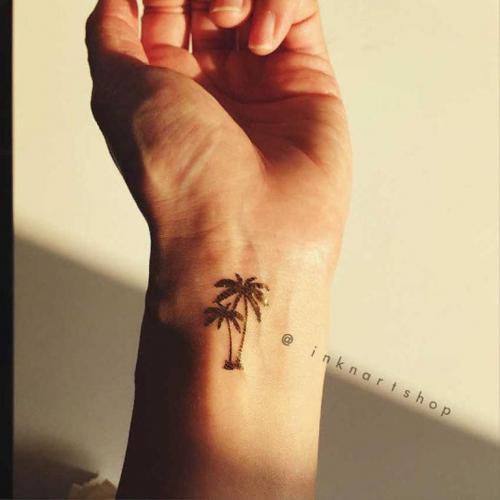 tatuaje de palmera en la muñeca