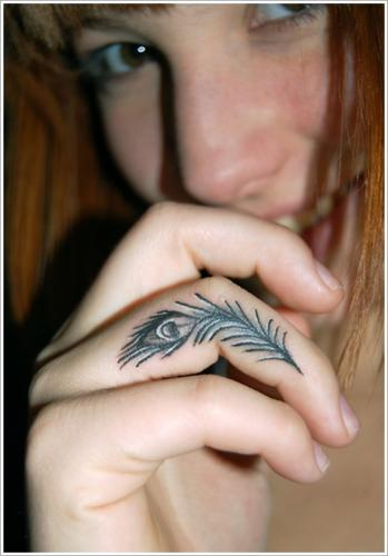 tatuaje de pluma en el dedo mujer