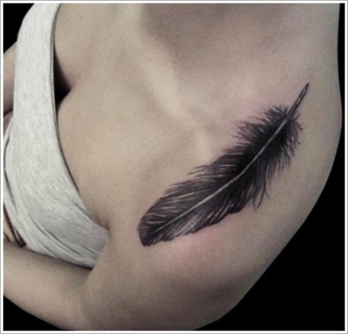 tatuaje de pluma en el hombro