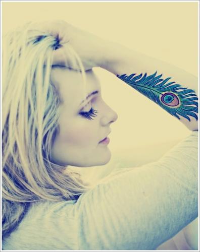 tatuaje de pluma para mujer