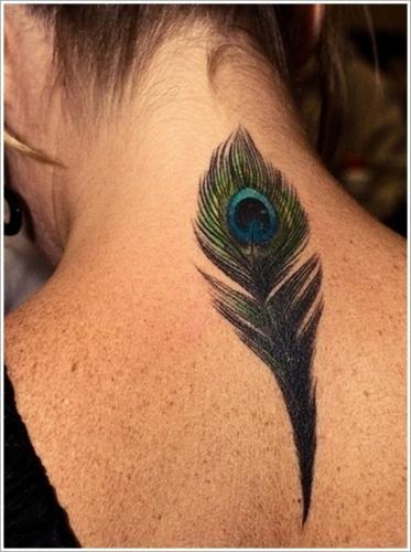 tatuaje de pluma pavo real en la nuca