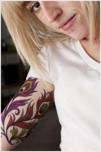 tatuaje de plumas en el brazo mujer