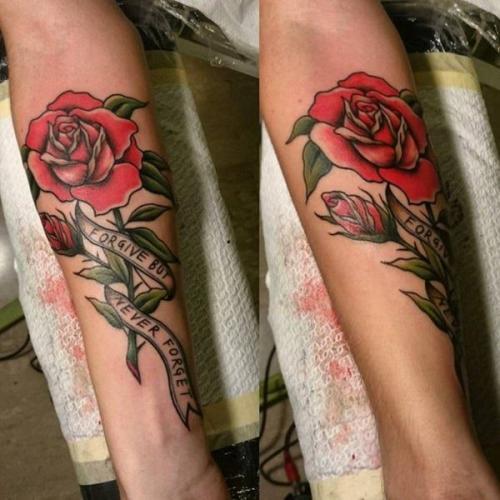 tatuaje de rosa con frase