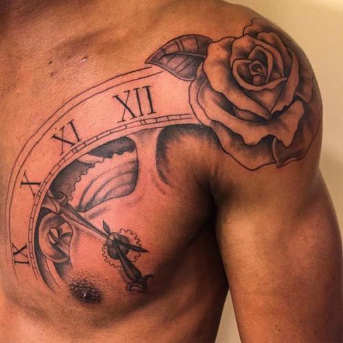 tatuaje de rosa en el hombro para hombre