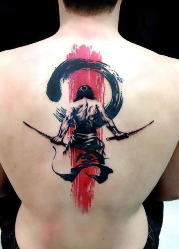 tatuaje de samurai con espadas