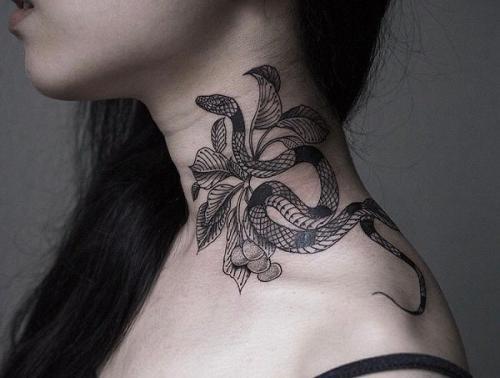tatuaje de serpiente en el cuello mujer