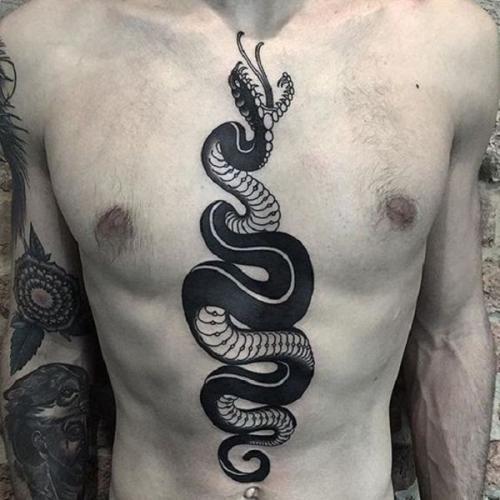 tatuaje de serpiente en el pecho hombre