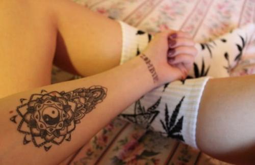 tatuaje de yin yang en el brazo mujer