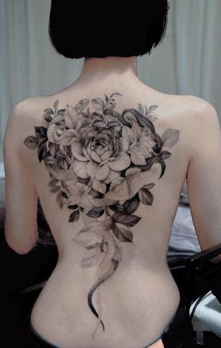 tatuaje en la espalda de viboras