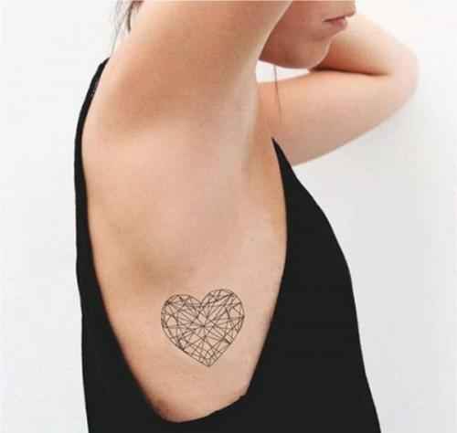 tatuaje en las costillas de corazon