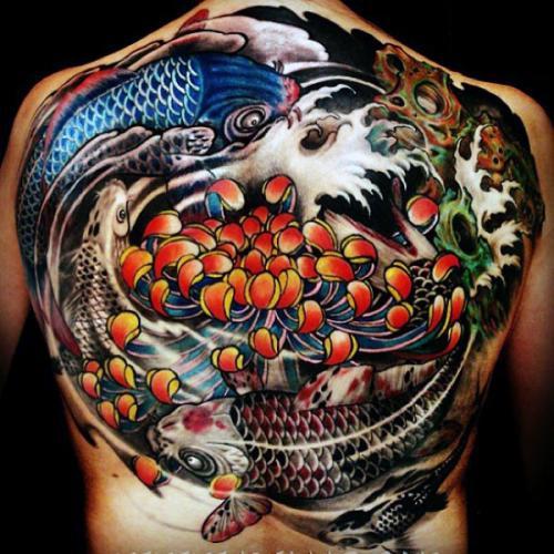 tatuaje grande de yin yang en la espalda