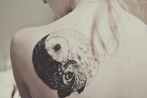 tatuaje grande en el homoplato yinyang mujer