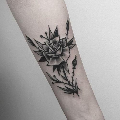 tatuaje pequeño de rosa