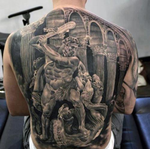 tatuaje realista en la espalda