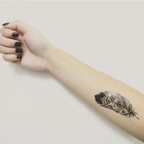 tatuaje simple de pluma