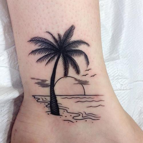 tatuajes de palmeras en el tobillo